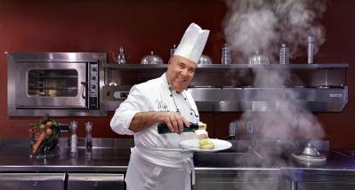 lo chef Antonio De Rosa al lavoro per il gruppo Accor presso l'Hotel Villa Romanazzi a Bari